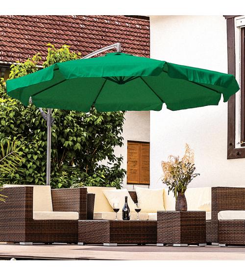 Zielony parasol do ogrodu dzięki bocznemu wysięgnikowi pozwala na stuprocentowe wykorzystanie cienia.
