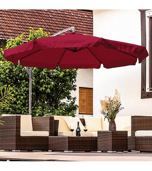 Bordowy parasol do ogrodu dzięki bocznemu wysięgnikowi pozwala na stuprocentowe wykorzystanie cienia.