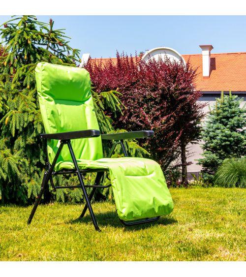 Zielony leżak plażowy doskonale sprawdza się podczas relaksu na świeżym powietrzu,