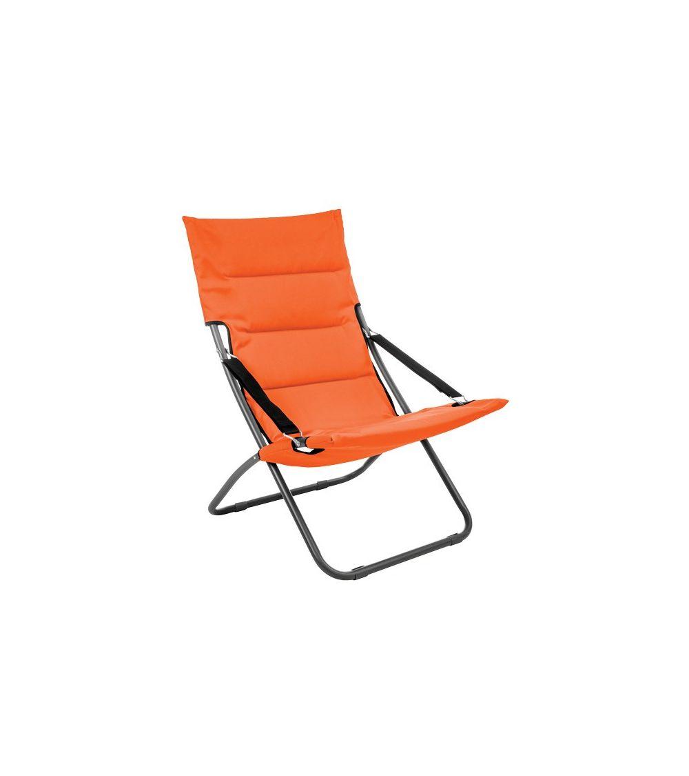 Pomarańczowy leżak plażowy z wygodnym siedziskiem jest łatwy w transporcie.