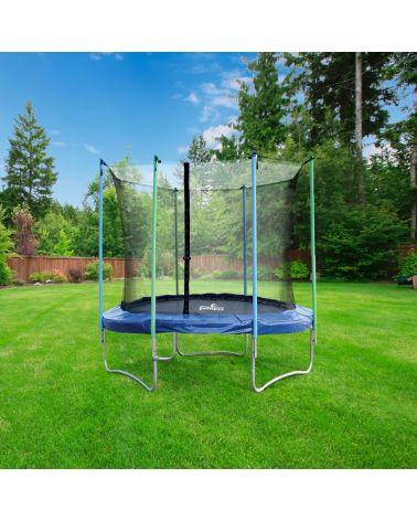 Trampolina ogrodowa z siatką zabezpieczającą.