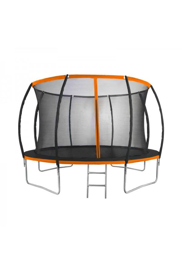 Duża trampolina dla dzieci z drabinką i siatką zabezpieczającą.