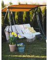 Huśtawka ławka z daszkiem ochraniającym przed promieniami słonecznymi oraz letnim deszczem.