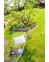 Biały hamak siatkowy to doskonałe miejsce na relaks w ogrodzie.