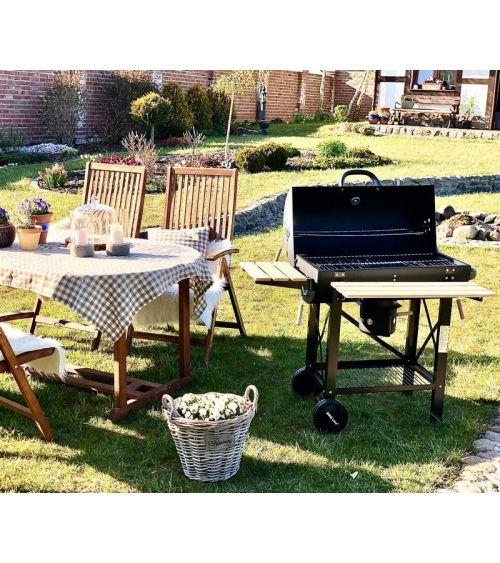 Duży grill węglowy doskonały do przyrządzenia potraw dla całej rodziny.