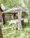 Szary pawilon ogrodowy z moskitierą doskonale sprawdzi się podczas relaksu na świeżym powietrzu.