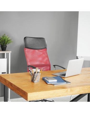 Czerwony fotel do biurka z wygodnym oparciem.