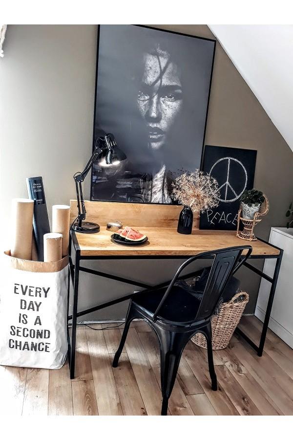 Metalowe krzesło loftowe w kolorze czarnym doskonale sprawdzi się zarówno w domu, jak i w ogrodzie