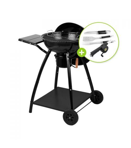 Grill węglowy kulisty z półkami oraz zestawem akcesoriów do grillowania.
