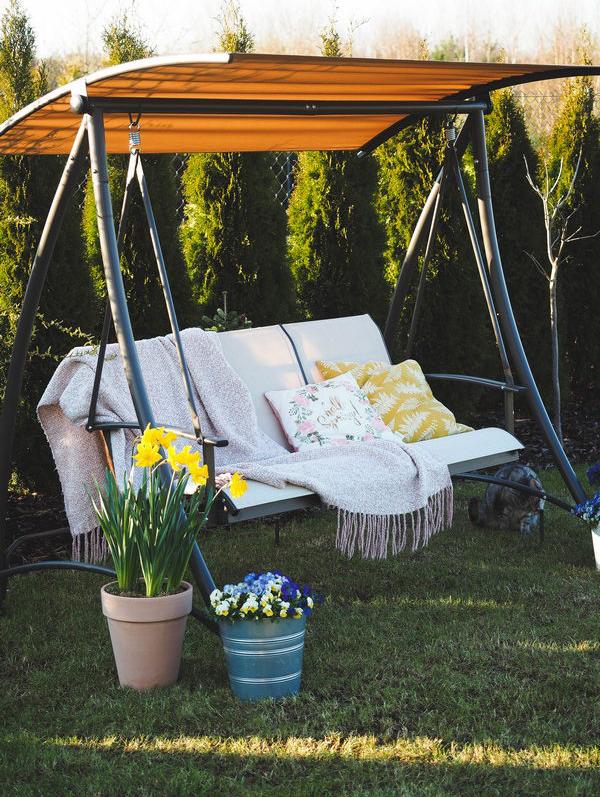 Kremowa huśtawka ogrodowa z brązowym daszkiem Indeks: Huśtawka Lucy aranżacja tarasu