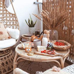 """Czy wiecie, że obchodzimy dzisiaj Europejski Dzień Śniadania?  Co roku organizowany jest pod hasłem """"Znajdź czas na śniadanie"""". 🥪🥗 Według dietetyków to najważniejszy posiłek dnia.  Według nas najlepiej zjeść je na balkonie, tarasie lub w ogrodzie🌷 zwłaszcza w sobotni poranek. 🌞💚 📸@oliv.home   #Majowo #domzmajowo #balkonzmajowo #majowo_pl #breakfast #maketimeforbreakfast #śniadanie #kawusia #coffee #balkon #sobota #saturday #poranek #weekend #breakfasttime #breakfastideas #timeforbreakfast #breakfastinspirations #balcony #balkonydecor #balconyinspiration #balconydesign #freshair #sandwitch #salad #milk #honey #outdoor #outdoorbreakfast #outdoordesign"""