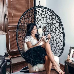 W przytulnie urządzonym salonie można robić wiele rzeczy - czytać książkę, popijać kawę z przyjaciółmi, wspólnie oglądać filmy lub po prostu leniuchować w naszym bujaku Larisa. 💚  Jak Wy spędzacie ten wieczór?  📸@trochonowiczjankiewicz   #Majowo #majowo_pl #domzmajowo #livingroom #livingroomdecor #livingroomdesign #livingroomideas #livingroomstyle #livingroominspo #livingroominspiration #domoweinspiracje #salon #bujanekrzesło #homeinspiration #homesweethome #homedecor #homeinspiration #interiordesign #interiorinspiration #interiordecor #livingroominterior #ilovemyinterior #polskiewnetrza #mojemieszkanie #polskidom #mieszkanie z pomysłem #chill #relax #takeiteasy #resttime