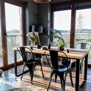 Postaw na czerń!🖤 ✨W dobie białych mebli oraz jasnych dodatków, wciąż można spotkać inspirujące, zdecydowane akcenty. Idealnym przykładem świetnie zaprojektowanych, ciemnych wnętrz jest dom Beaty @w.bukowskiej. ✨Aranżacje na jej profilu idealnie pokazują jak świetnie może sprawdzić się styl loftowy w domu na wsi. ⠀ ⠀ #majowo_pl #domzmajowo #loftdesign #loftinterior #loftinteriors #loftindustrial #lofts #livingroominterior #livingrooms #livingspace #livingroomgoals #mynordicroom #homeinspiration #loftstyle #blackinterior #livingspace #livingroomgoals #cornerofmyhome #livingroominterior #livingrooms