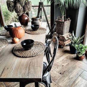 Salon w kolorze czarnym. Co Wy na to? 🖤 Obecnie czerń jest synonimem elegancji i dobrego gustu. Czarne ściany w mieszkaniu to dosyć śmiałe posunięcie. A co stanie się, gdy dołączą do nich nasze meble w tym samym kolorze? Powstanie bardzo intrygujące wnętrze - oceńcie sami. 🔝  #Majowo #majowo_pl #salonzmajowo #domzmajowo #majoweinspiracje #majowelove #czarneściany #czarnekrzesło #czarnysalon #jesiennedekoracje #jesiennewyprzedaże #jesienneklimaty #jesiennysalon #inspiracje #inspiration #homesweethome #homeideas #homeinspiration #homedecor #styleinspiration #decoration #dekoracje #czerń #dynia #kwiatydoniczkowe #meble #jadalnia