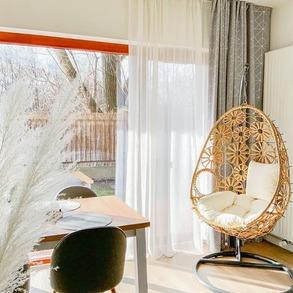 🌷Wyjątkowy design czy wygoda i komfort? Dzięki bujakom Majowo nie musisz wybrać.💚💚💚 ⠀ Skorzystaj z promocji na bujak Ibiza. Teraz kupisz go 200 zł taniej.💚 📸 @pinalaba ⠀ ⠀ #domzmajowo #livingroominterior #livingrooms #livingspace #livingroomgoals #mynordicroom #homeinspiration #wnetrzazesmakiem #wnętrza #interior_desing #domoweinspiracje #livingroomview #projektowaniewnetrz #instainteriordesign #scandinavianhome #coffeeplace #goodstyle #scandinavianinterior #cornerofmyhome #bujak #eggchair #cozyplace #fotelwiszący #fotelbujany