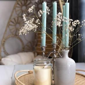 Świece i kwiaty - to najlepsze dekoracje do salonu. 🌸🕯 ❔Co Waszym zdaniem sprawia, że mieszkanie staje się przytulne? A może wolicie styl minimalistyczy i wszelkie ozdoby to nie Wasza bajka?  📸@tati_doma   #Majowo #domzmajowo #majowo_pl #dom #domoweinspiracje #dekoracje #tesktury #kolory #kwiaty #świece #kosz #homeinspiration #homesweethome #weekend #weekendzmajowo #inspiracje #inspiration #homedecor #homeideas #homedesign #flower #flowerpower #candles #vase #interiorinspiration #interior #interiordecor #wmoimdomu #koloryziemi #mieszkanie